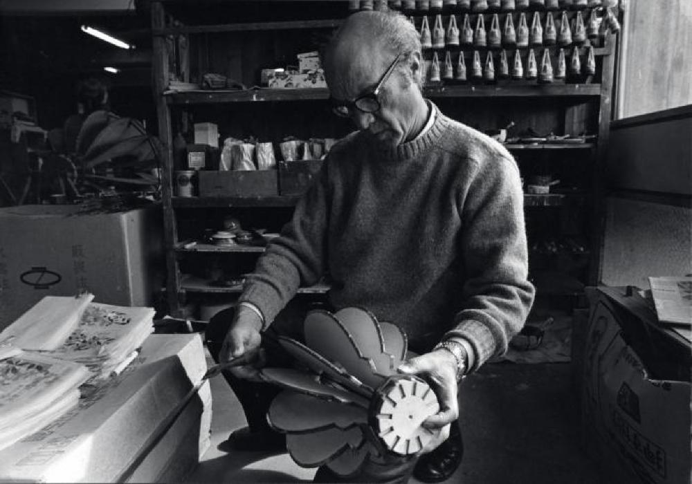 Isamu Noguchi at Ozeki Factory working on Akari mold