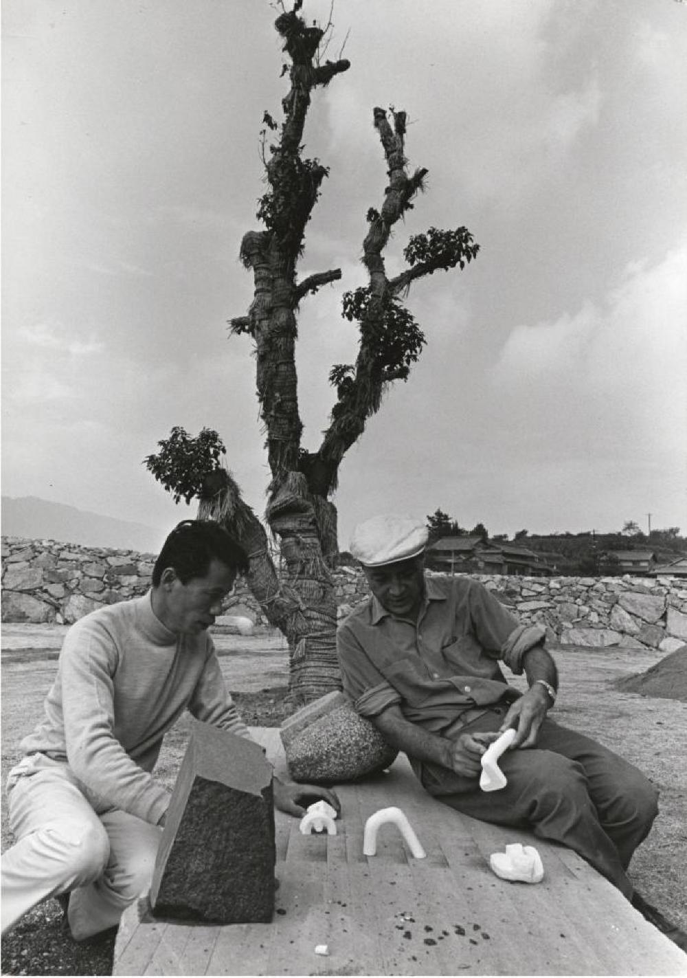 Isamu Noguchi studying models with Masatoshi Izumi