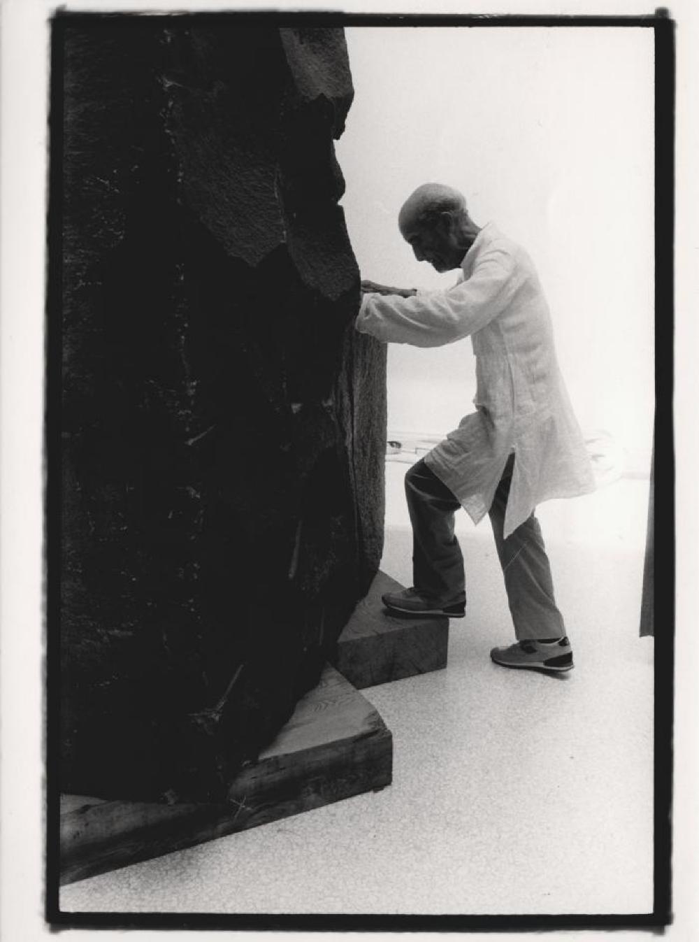 Isamu Noguchi with his sculpture in Venice