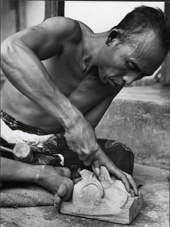 Bollingen travels: Wood carver in Bali, Indonesia