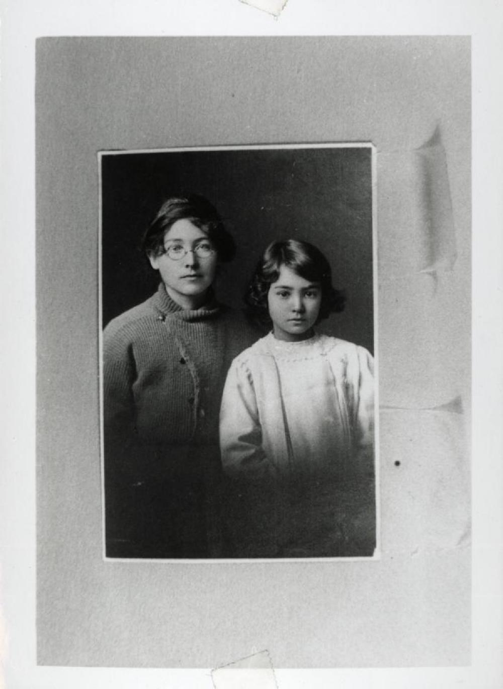 Leonie and Ailes Gilmour (passport photo)