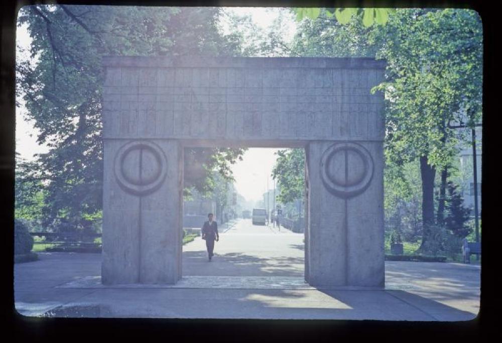 Romania Travel Slides - Constantin Brancusi's Gate of the Kiss at Targu Jiu